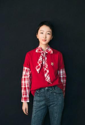 周冬雨助力学雷锋《文明之光志愿中国》红色清纯剧照