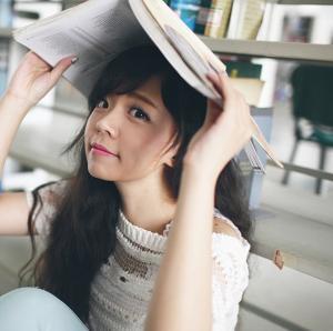 可爱俏皮校花在图书馆的生活靓照