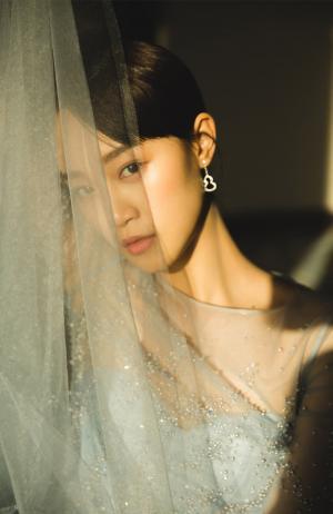 蓝盈莹清新少女感薄纱裙活动照图片