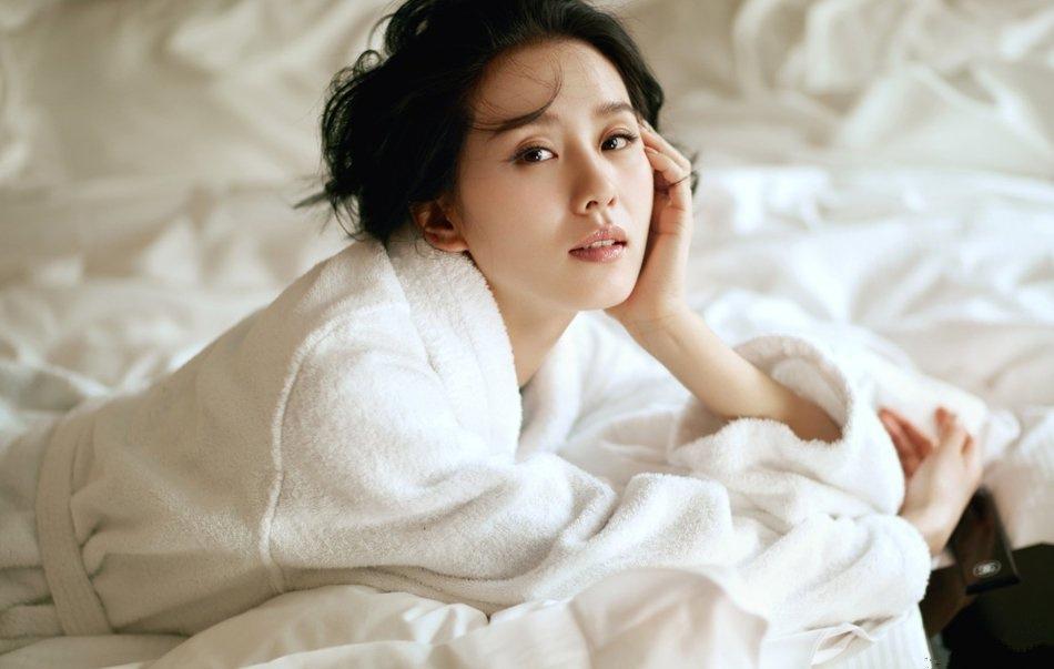 人妻刘诗诗披白浴袍拍大片 五官精致十足撩人写真