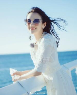 章子怡《妻子的浪漫旅行》海边唯美写真图片
