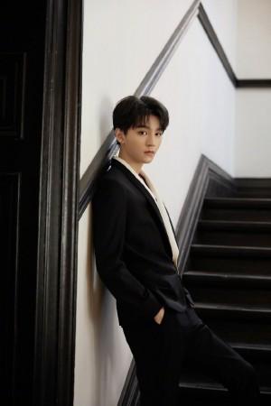 王俊凯黑白优雅帅气造型