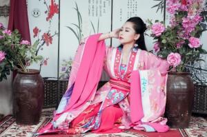 粉色汉服古装美女图片