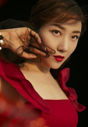 菅纫姿红色性感美艳时尚写真图片