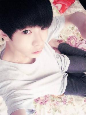 16岁帅哥脱光在床上的照片
