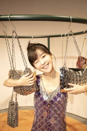 宋伊人紫色亮片吊带裙时尚写真图片