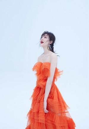 王莫涵抹胸裙性感撩人写真图片