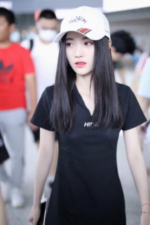 鞠婧祎甜美机场照图片