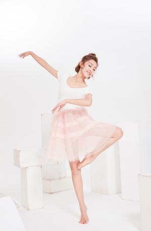 宣璐清新粉嫩芭蕾舞写真图片