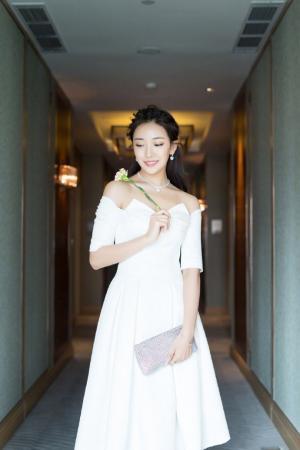 菅纫姿白裙时尚优雅写真图片