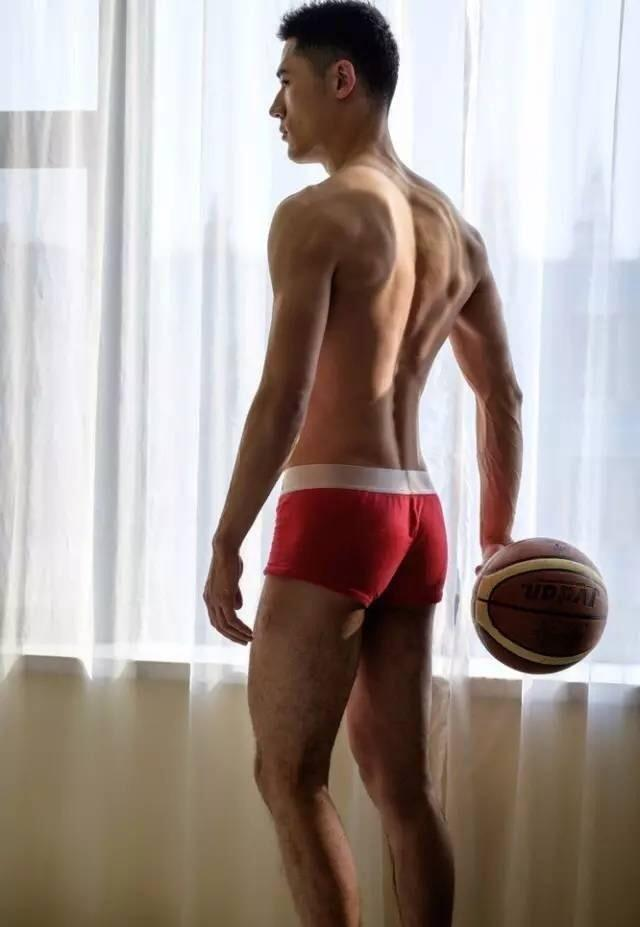 篮球帅哥姿势性感、肌肉好评