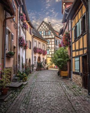 梦幻的埃吉赛姆小镇街景图片