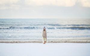 笑容甜美海边看雪美女美丽冻人