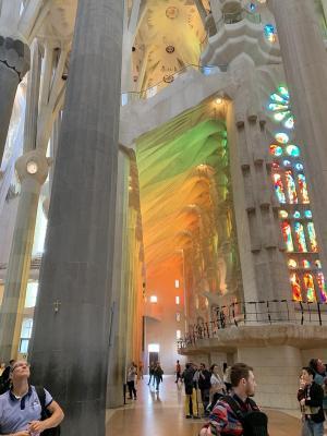 光线透过彩色玻璃进入圣家堂