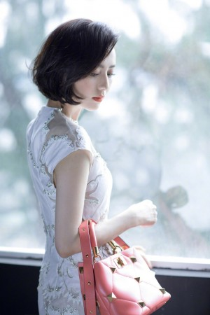 佟丽娅短发旗袍性感造型
