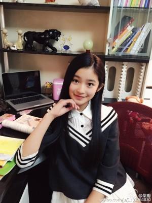 柴蔚穿着校服在学习的照片