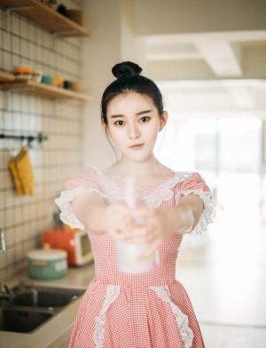 清纯美女化身厨房小能手治愈系写真