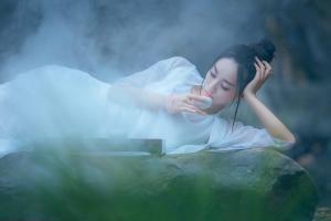 古装美女模特溪边湿身性感写真