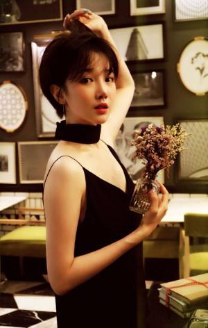 陈小纭黑色性感深v吊带裙慵懒文艺高清写真
