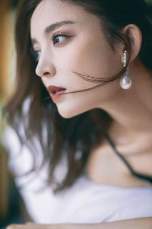 古力娜扎黑色吊带裙妩媚动人气质写真图片