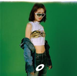 金晨化身酷女孩玩转摩登时尚复古大片