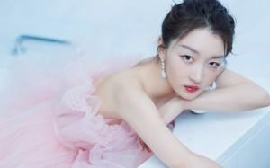 周冬雨粉色蕾丝裙甜美可人高清桌面壁纸