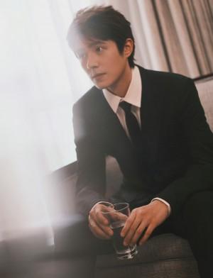 刘昊然黑色西服套装简约雅致写真图片