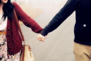 热恋中的情侣心相印手牵手唯美图片