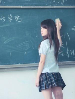 黑框眼镜美少女校园性感写真