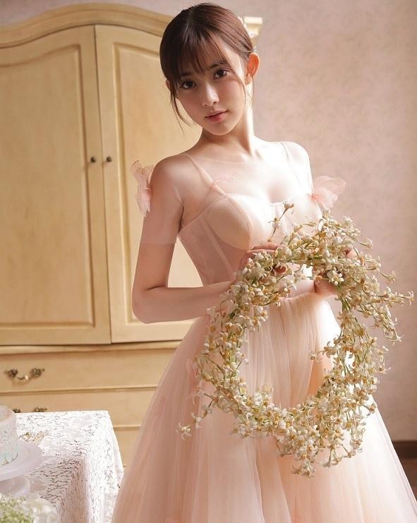 美女孟子义婚纱诱惑秀香肩 全新风格魅力不减