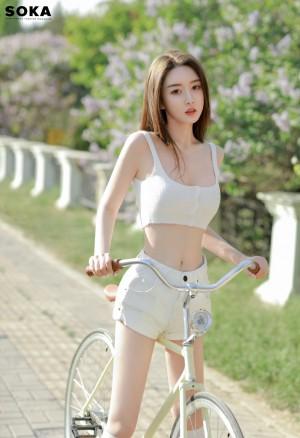周麟嘉吊带短裤骑自行车清新性感运动写真图片