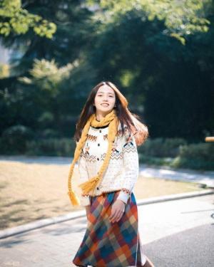 黄色围巾毛衣妹公园冬季清新写真